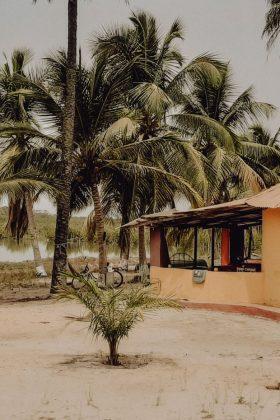 Gambiaans huisje aan de rivier